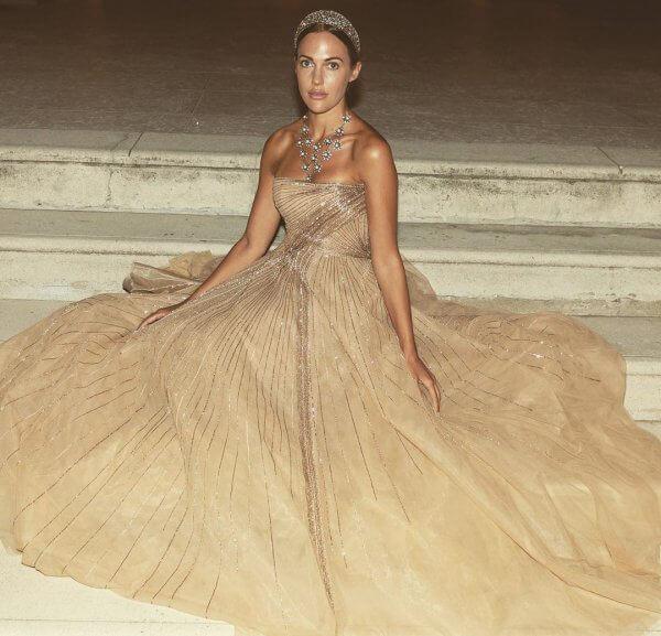 فستان من تصميم طوني ورد